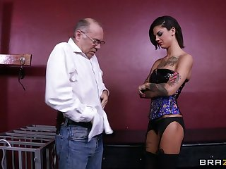 Rough lesbian drilling with sexual relations toys - Bonnie Unspeakable and Skin Diamond