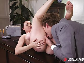 Sex in front office for a difficulty amazing female boss